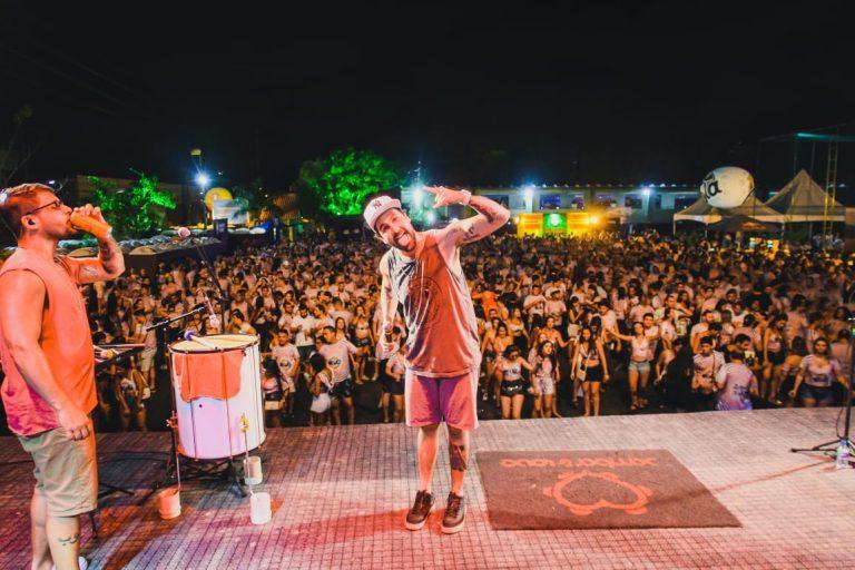 Com ingressos esgotados, Bloco Comigo é na Base do Beijo agitou Boa Viagem com trio e shows de É o Tchan, Bruno Rosa e Felipe Original
