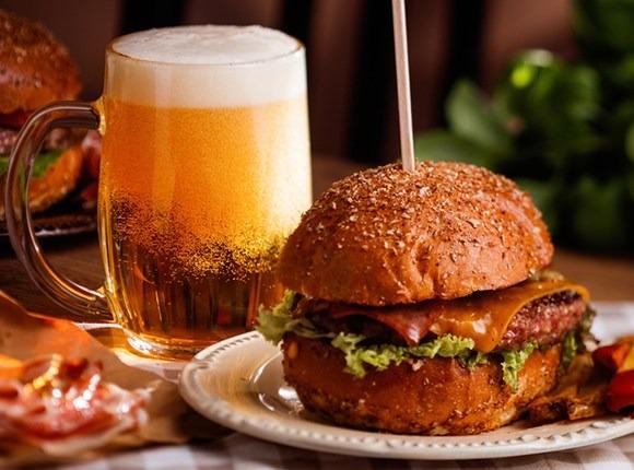Dia do Hambúrguer: confira dicas de harmonização com cervejas artesanais