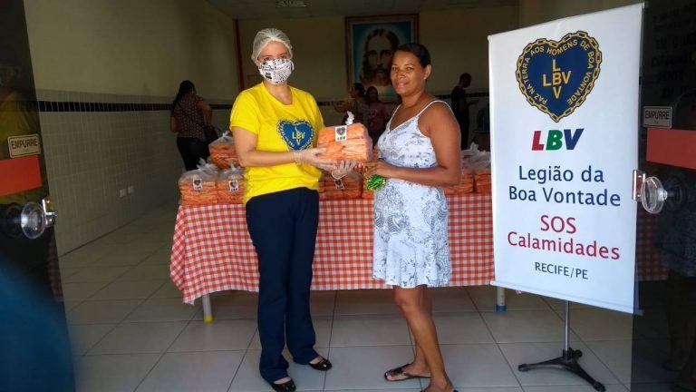 LBV entrega cestas de alimentos, provendo famílias pobres do Recife a enfrentar o isolamento restritivo
