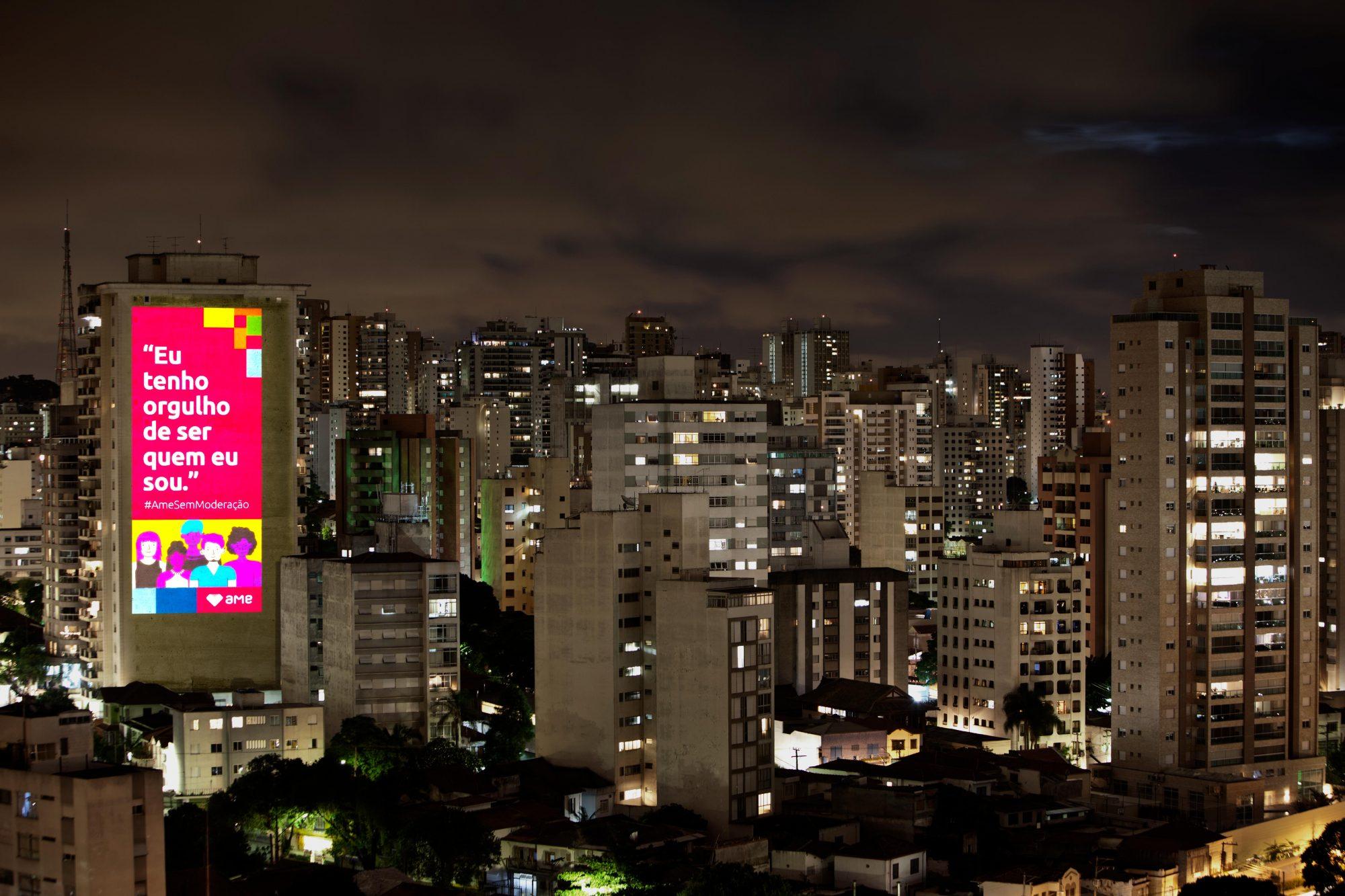 Imagens projetadas em cinco capitais incentivam o amor sem moderação na véspera do Dia do Orgulho LGBTQIAP+