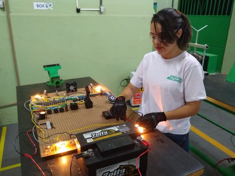 Escola do Mecânico, com unidade no Recife, doará 300 bolsas de estudo para homens e mulheres iniciarem na área de Mecânica
