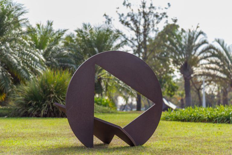 """Exposição """"Novos Rumos"""" reúne esculturas de grandes artistas a céu aberto."""