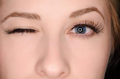 Com aumento do uso de eletrônicos na pandemia, piscar olhos 15 vezes por minuto ajuda no combate ao olho seco