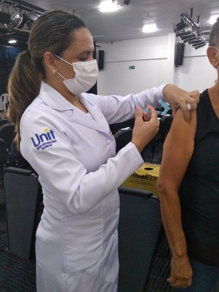 Alunos voluntários da Unit-PE se juntam à campanha de vacinação no Recife