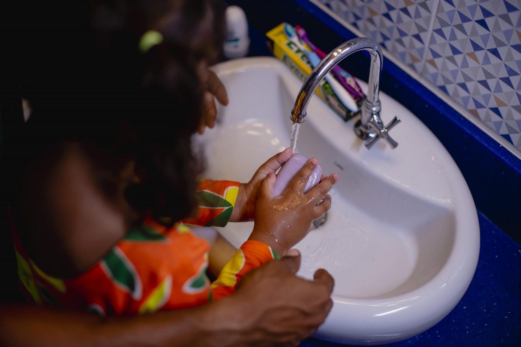 COVID-19: lavagem das mãos é fundamental para controle do vírus