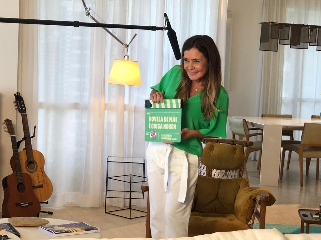 Adriana Esteves faz homenagem ao Dia das Mães e interpreta frases típicas de cena de novela