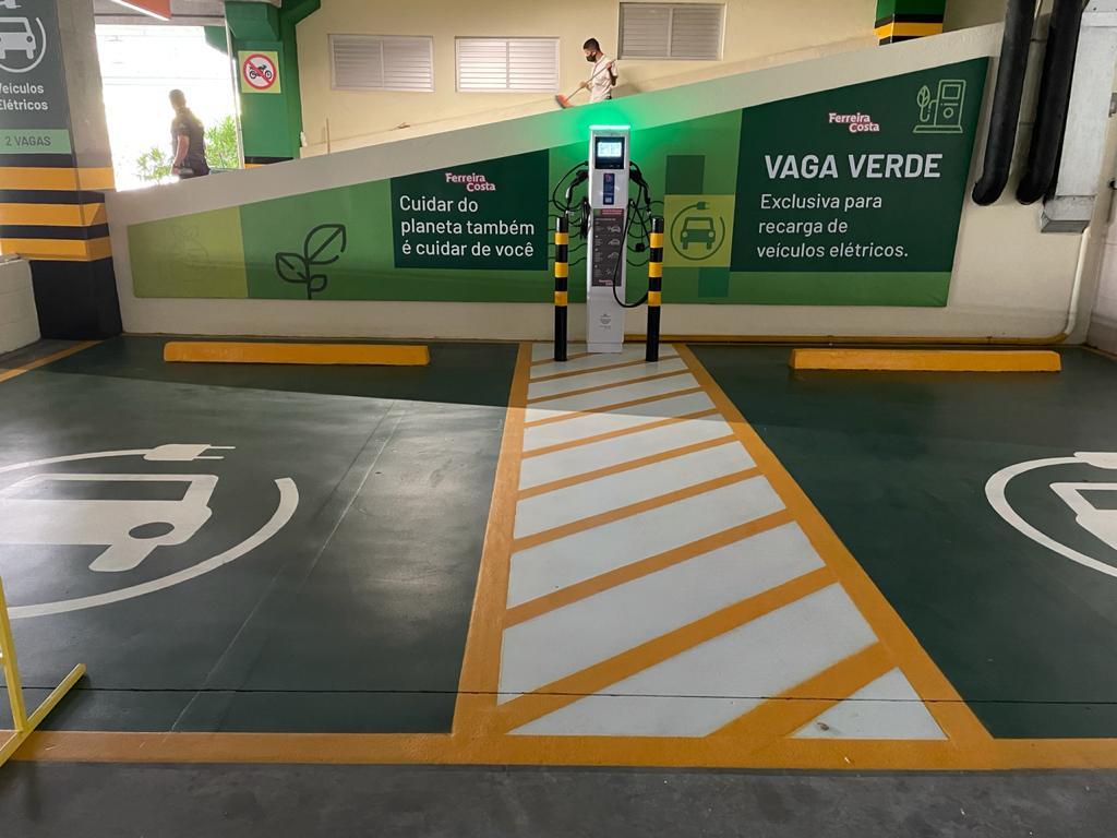 Veículos elétricos podem ser carregados na Ferreira Costa.