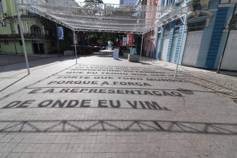 Com a luz do sol, O Boticário projeta história de força no Marco Zero, no Recife, em homenagem ao Dia do Nordestino
